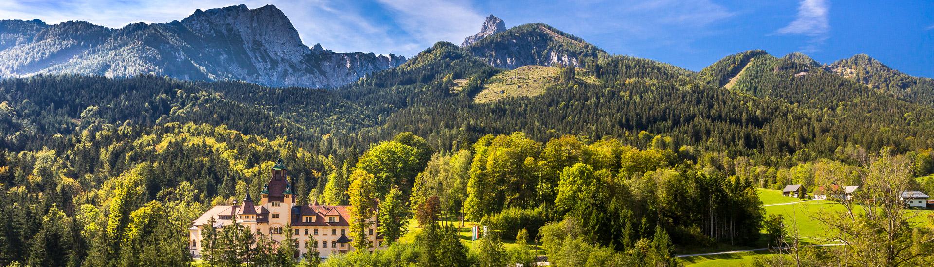 Schloss Kassegg mit traumhaften Blick auf die Gesäuseberge