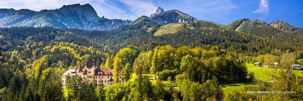 Schloss Kassegg umgeben von Wiesen und Wäldern