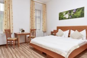 Zimmer mit Holzboden Schloss Kassegg